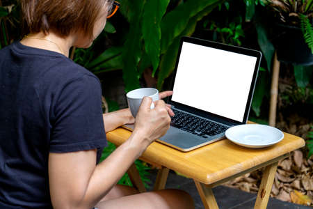 Businesswoman Working on the desk in the green garden at home, concept office work at home away 版權商用圖片