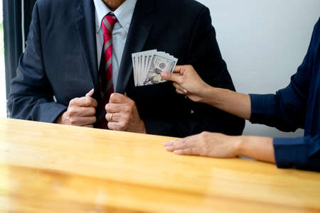 Businessman send cash money to the officer to sign in the contact for win the business job. 版權商用圖片 - 165552742