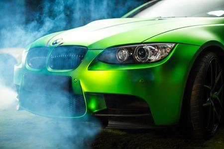 Kiev, Oekraïne - 14 mei 2014: BMW green tuning sportwagen. BMW M3 close-up. Redactioneel