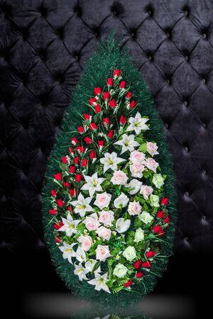 Luxusbegräbniskranz Mit Den Roten Und Weißen Blumen Lokalisiert Auf ...