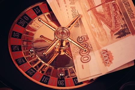 ruleta casino: ruleta juego de casino rublo ruso dinero de fotos en tonos de enfoque suave selectiva