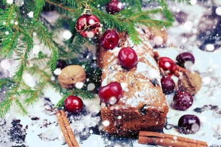 weihnachtskuchen: Weihnachtskuchen mit Kirsche selektiven Soft-Fokus Lizenzfreie Bilder