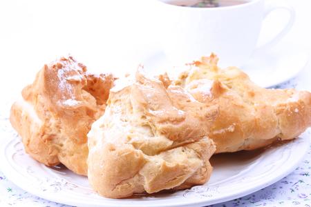 cream on cake: eclair with vanilla cream cake breakfast Foto de archivo