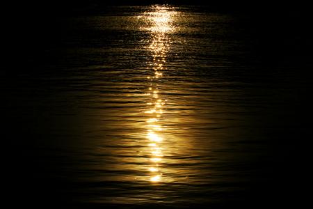 luz de luna: Claro de luna en la noche agua de río