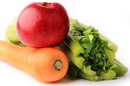 marchew: Dietetyczne zestaw smoothie marchew jabłko seler na białym tle