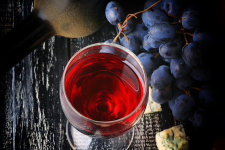 pan y vino: vaso de queso uvas de vino de la botella del alcohol usado fondo de madera de estilo retro de la vendimia