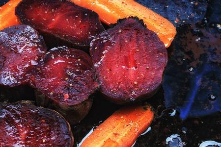 verduras asadas remolachas zanahorias fondo oscuro de enfoque selectivo de tonificación viejo estilo rústico