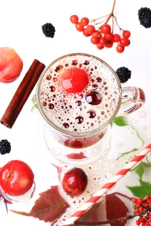 bubble acid: apple cider on a white wooden background top view blackberry cinnamon autumn leaves rowan Stock Photo