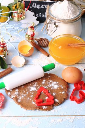 galletas de jengibre: christmas background baked ginger cookies Foto de archivo