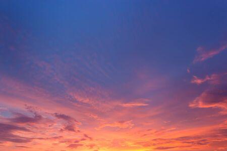 estado del tiempo: cielo y nubes de la puesta del sol