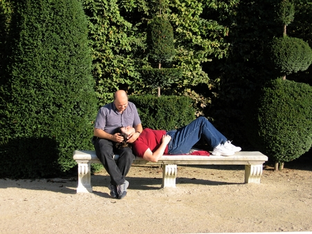 tenderly: Couple in the forties, tenderly relaxing on a bench in Paris-Stock Photos