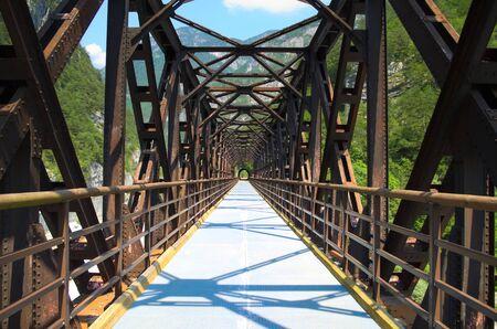 cycleway: Vecchio ponte ferroviario in ferro convertito in un pista ciclabile