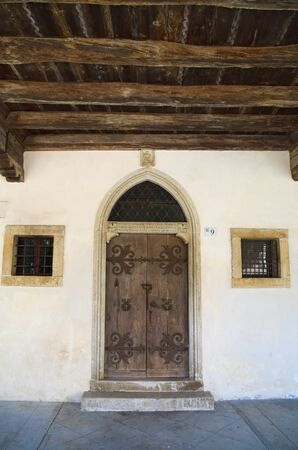 hause: View of the door of medieval village house in Spilimbergo, Italy