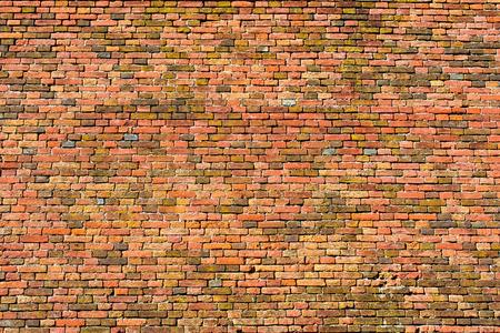 paredes de ladrillos: vieja pared de ladrillos rojos y naranjas para la textura o el fondo Foto de archivo