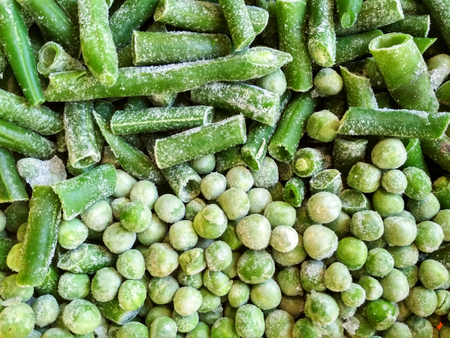 Green frozen beans and peas. Closeup frozen cut green french bean, haricot vert. Vegetable food background, healthy vegetarian natural nutrition. Banque d'images - 119462052