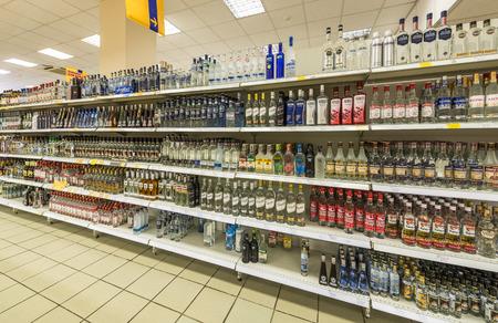 """bebidas alcohÓlicas: Moscú, Rusia - 11 de junio, 2015: Estantes con las bebidas alcohólicas en el supermercado, """"Gelert"""". Editorial"""