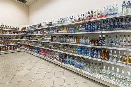 """bebidas alcoh�licas: Mosc�, Rusia - 11 de junio, 2015: Estantes con las bebidas alcoh�licas en el supermercado, """"Gelert"""". Editorial"""