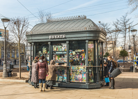 Moscow, Russia - March 11, 2016: the People who buy Newspapers at a kiosk periodicals near the metro station Paveletskaya. 新聞圖片