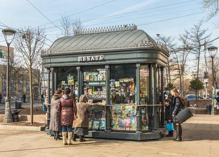 Moskau, Russland - 11. März 2016: Die Leute, die Zeitungen am Kiosk Zeitschriften in der Nähe der U-Bahn-Station Paveletskaya kaufen.