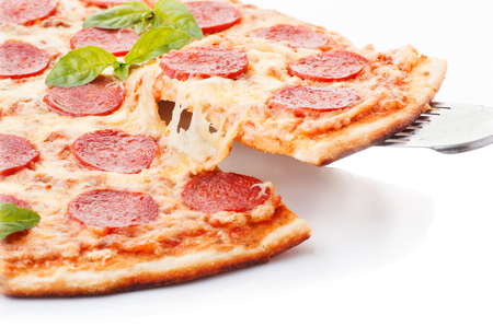 Pepperoni pizza mooie arrangementOverhead studio-opname van geïsoleerd pepperoni pizza mooie regeling