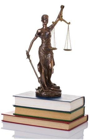 libros viejos: Estatua de la justicia aislado en el fondo blanco