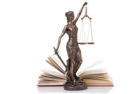 simbolo de la mujer: Estatua de la justicia aislado en el fondo blanco
