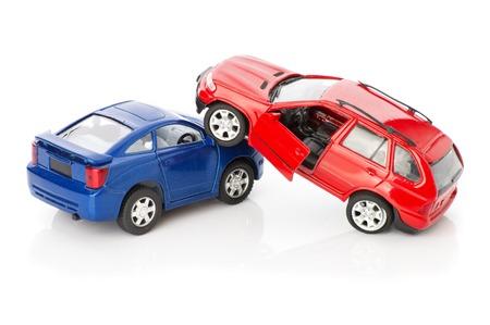 道路、警察、保険の場合は、壊れたおもちゃの自動車に近づいている 2 台の車事故クラッシュ