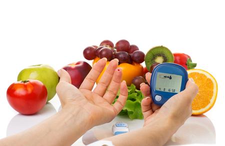 흰색 배경에 포도당 수준과 건강한 유기농 식품에 대한 혈당 측정기. 당뇨병 개념 스톡 콘텐츠 - 53424034