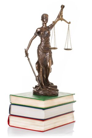 balanza de justicia: Estatua de la justicia aislado en el fondo blanco