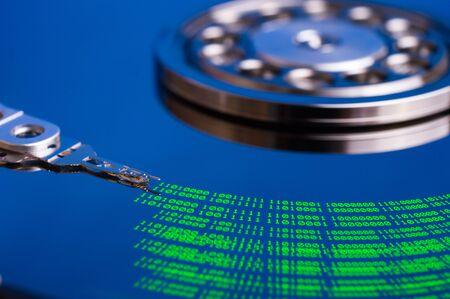 Las tecnologías modernas de fondo con el código binario y el disco duro