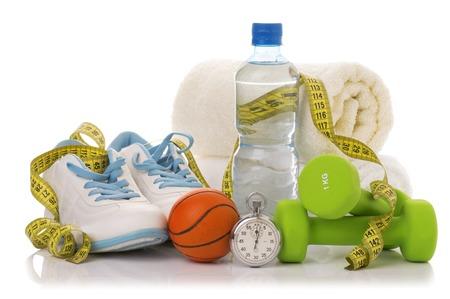 피트 니스 장비 화이트 격리입니다. 수건, 두 개의 녹색 아령, 신발, 공, 초시계 및 물 한 병. 스톡 콘텐츠 - 55347198