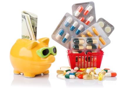 sobredosis: pastillas de colores en la cesta. Carretilla de las compras con las píldoras y medicina aislados en blanco.