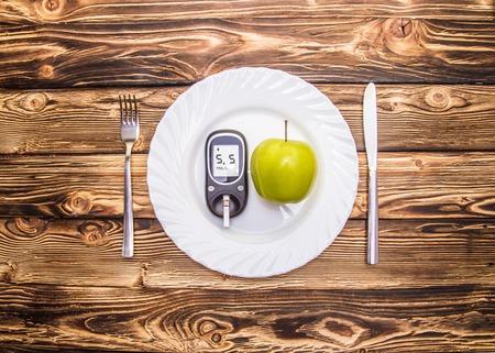 흰색 배경에 포도당 수준과 건강한 유기농 식품에 대한 혈당 측정기. 당뇨병 개념 스톡 콘텐츠