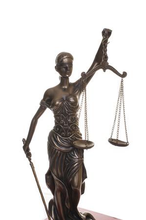 Gerechtigkeitsstatue auf dem weißen Hintergrund isoliert