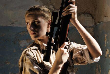 Dziewczyna żołnierzy w mundurze z broni