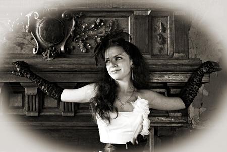 indoor shot: atractiva chica en vestido elegante. Tiro interior