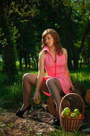 crop margin: chica sosteniendo una manzana. Retrato al aire libre