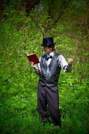 jeune vieux: livre de lecture homme en robe de style ancien. coup de feu en plein air