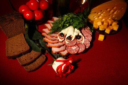 carnes y verduras: la vida sigue siendo comestible. variedad de comida en la mesa