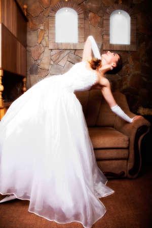indoor shot: retrato de la esposa joven y atractiva. tiro bajo techo