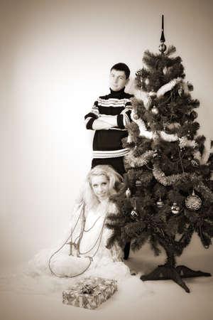 indoor shot: retrato de la atractiva pareja de Navidad. tiro interior Foto de archivo