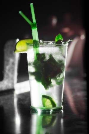 alcohol bebida mojito en el bar. c�ctel photo