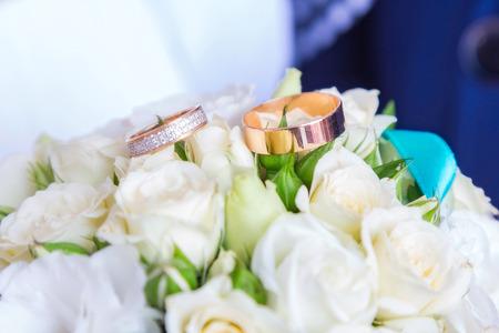 bruidsboeket: kleine bruidsboeket en ringen op het