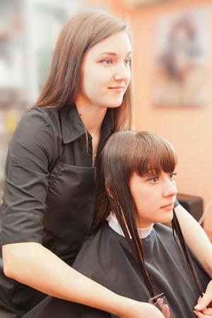 indoor shot: peinados creando peluquero en el sal�n. tiro de interior Foto de archivo