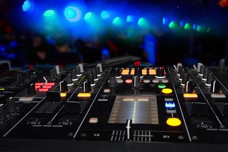 DJ stand in the club glow Stockfoto