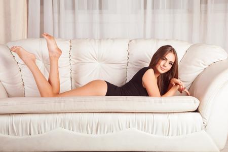 Mooie brunette in zwarte bodysuit Stockfoto