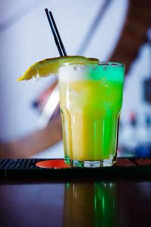 long cocktail au bar. fermer