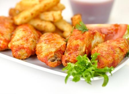 hete kippenvleugels met gebakken aardappelen en saus