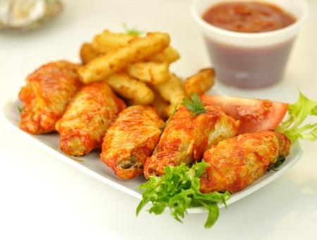 튀긴 감자가 든 뜨거운 닭 날개