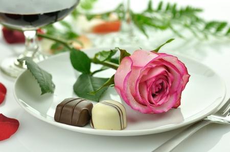 Cena romántica de vacaciones con rose en un plato